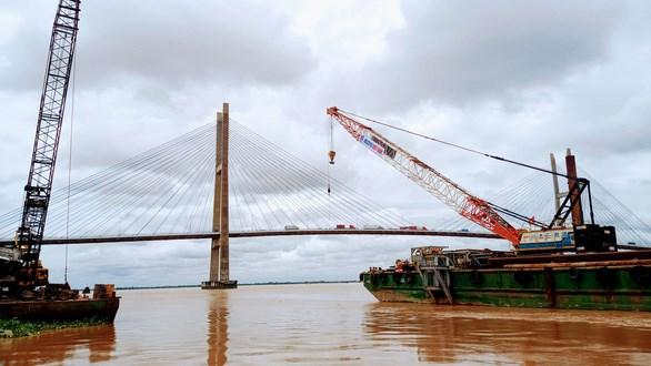 Sà lan và cẩu được tập kết thi công gói thầu cầu chính Mỹ Thuận 2 phía tỉnh Tiền Giang - Ảnh: VĂN BÌNH