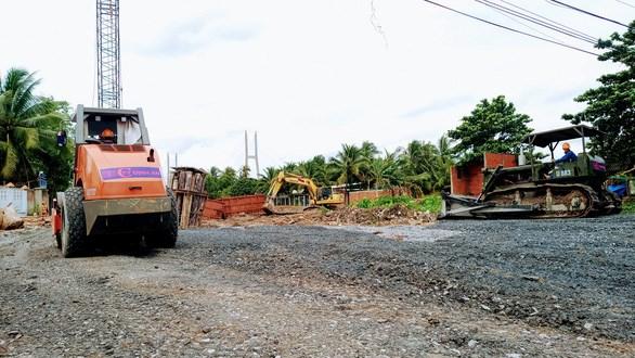 Nhà thầu đang đẩy nhanh thi công đường dẫn và cầu dẫn dài 1,1km vào cầu Mỹ Thuận 2 phía tỉnh Vĩnh Long - Ảnh: VĂN BÌNH