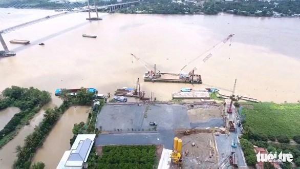 Toàn cảnh công trường thi công cầu đường dẫn phía tỉnh Tiền Giang - Ảnh: VĂN BÌNH
