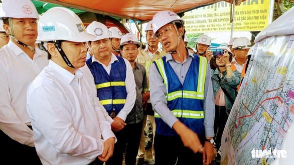 Bộ trưởng Bộ GTVT Nguyễn Văn Thể kiểm tra về tiến độ thực hiện các gói thầu của dự án cầu Mỹ Thuận 2 - Ảnh: VĂN BÌNH