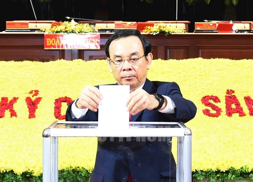 Đồng chí Nguyễn Văn Nên, Bí thư Trung ương Đảng, Bí thư Thành ủy TPHCM tham gia ủng hộ đồng bào miền Trung.