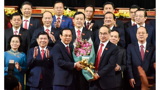 Đồng chí Nguyễn Thiện Nhân, Ủy viên Bộ Chính trị, Bí thư Thành ủy TPHCM khóa X, tặng hoa chúc mừng đồng chí Nguyễn Văn Nên, Bí thư Trung ương Đảng, Bí thư Thành ủy TPHCM khóa XI. Ảnh: BTC đại hội cung cấp