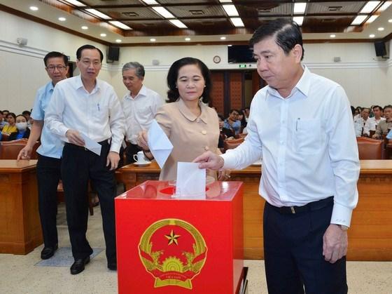 Chủ tịch UBND TPHCM Nguyễn Thành Phong và Chủ tịch HĐND TPHCM Nguyễn Thị Lệ cùng các đồng chí lãnh đạo TPHCM quyên góp ủng hộ đồng bào miền Trung bị thiệt hại do mưa lũ. Ảnh: VIỆT DŨNG