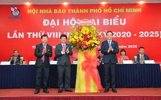 Phó Bí thư Thường trực Thành ủy TPHCMTrần Lưu Quang tặng hoa chúc mừng đại hội. Ảnh: VIỆT DŨNG
