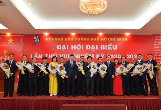 Phó Bí thư Thường trực Thành ủy TPHCMTrần Lưu Quang chúc mừng Ban Chấp hành Hội Nhà báo TPHCM. Ảnh: VIỆT DŨNG