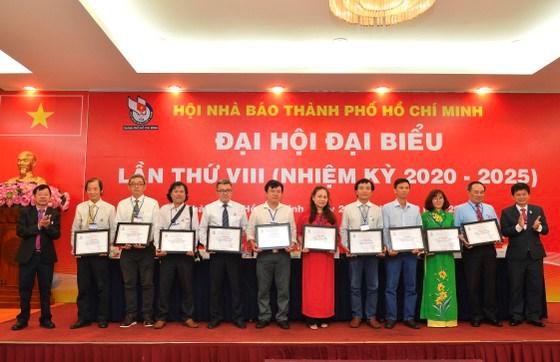 Hội Nhà báo TPHCM khen thưởng những tập thể xuất sắc. Ảnh: VIỆT DŨNG