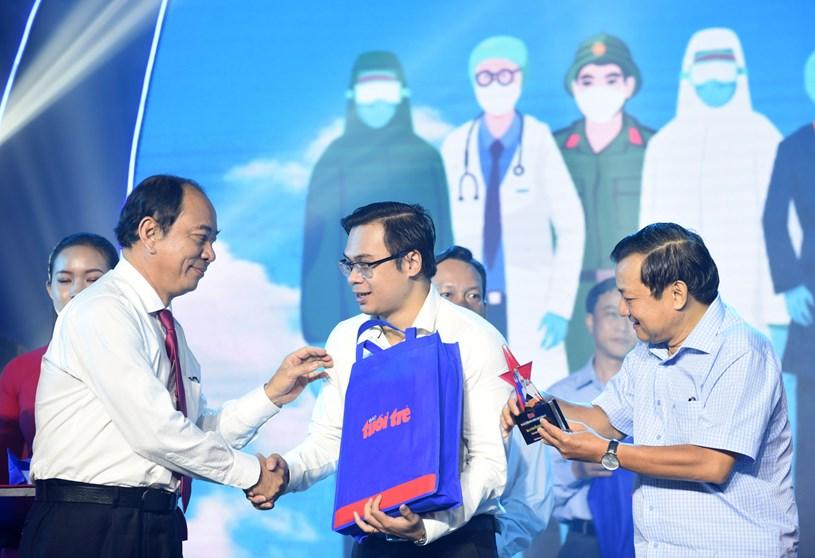 Ông Tăng Chí Thượng, phó giám đốc Sở Y Tế TP.HCM, trao quà đến các điển hình - Ảnh: DUYÊN PHAN