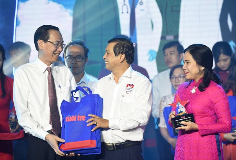 Ông Lê Thanh Liêm, phó chủ tịch thường trực UBND TP.HCM, trao quà đến các điển hình - Ảnh: DUYÊN PHAN