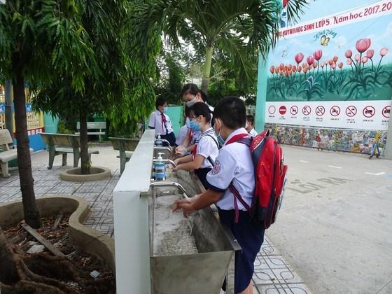 Học sinh Trường Tiểu học An Hội (quận Gò Vấp) rửa tay tại bồn rửa chung của trường