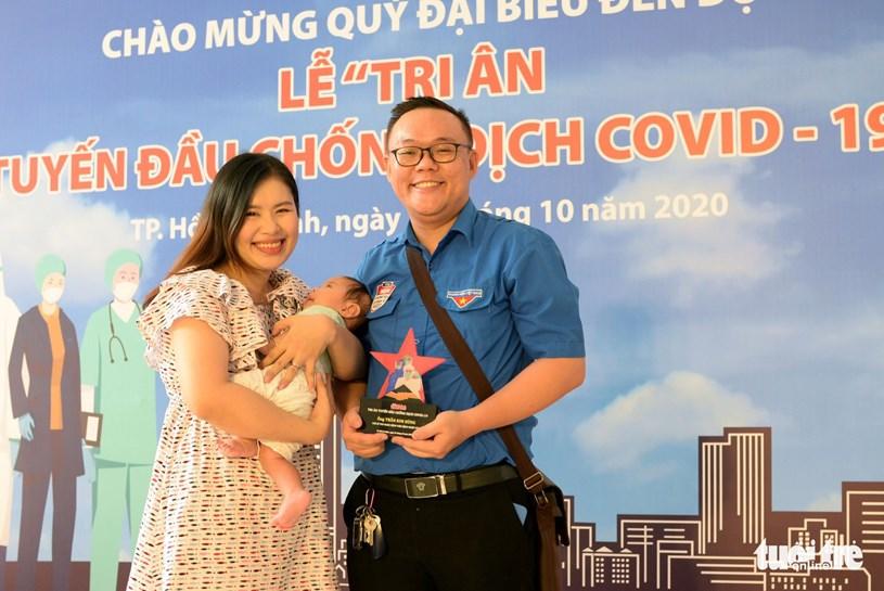 Anh Trần Kim Hùng (phó bi thư Đoàn Bệnh viện Bệnh nhiệt đới TP.HCM) và vợ con tại lễ tri ân - Ảnh: T.T.D.