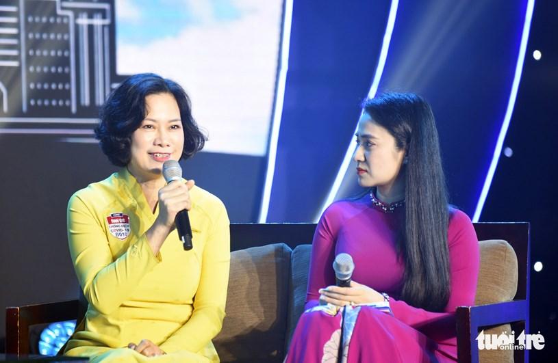 Chị Hoàng Thị Tuyết Nhung - phó trưởng đoàn đoàn tiếp viên Tổng công ty Hàng không Việt Nam - chia sẻ tại chương trình - Ảnh: DUYÊN PHAN