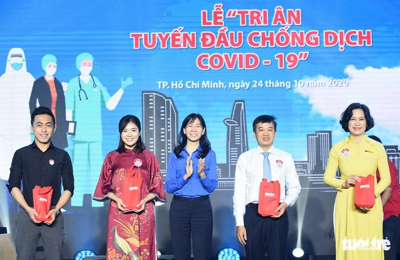 Chị Phan Thị Thanh Phương, Thành ủy viên, bí thư Thành đoàn TP.HCM (giữa), chúc mừng các điển hình giao lưu tại chương trình - Ảnh: DUYÊN PHAN