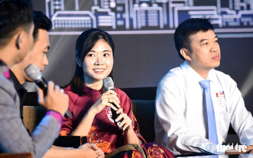 Bác sĩ trẻ Dư Lê Thanh Xuân, khoa cấp cứu hồi sức tích cực chống độc người lớn Bệnh viện Bệnh nhiệt đới TP.HCM, chia sẻ tại chương trình - Ảnh: DUYÊN PHAN