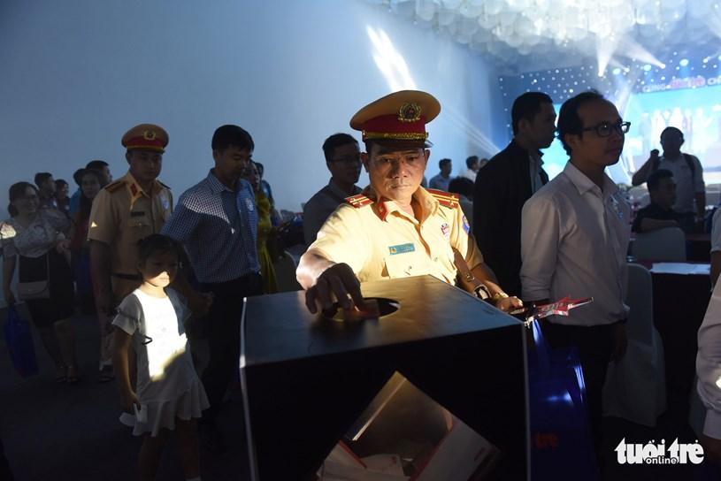 Các khách mời và đại biểu tham gia quyên góp ủng hộ đồng bào bão lũ tại miền Trung - Ảnh: DUYÊN PHAN
