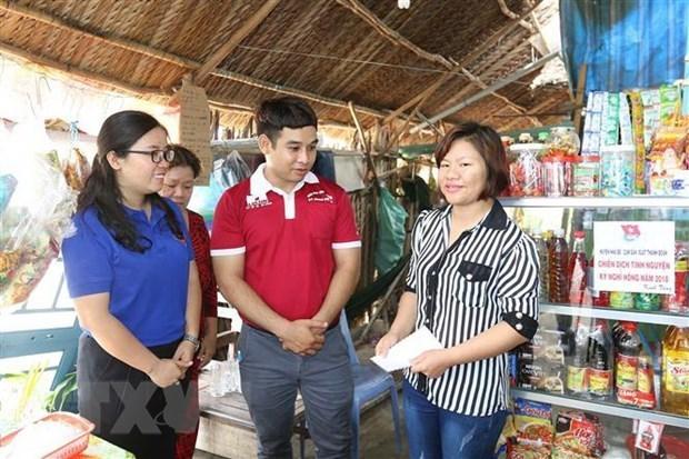 Đoàn thanh niên Tổng Công công nghiệp in bao bì Liksin trao phương tiện sinh kế và quà cho hộ nghèo có hoàn cảnh khó khăn huyện Nhà Bè. (Ảnh: Thanh Vũ/TTXVN)
