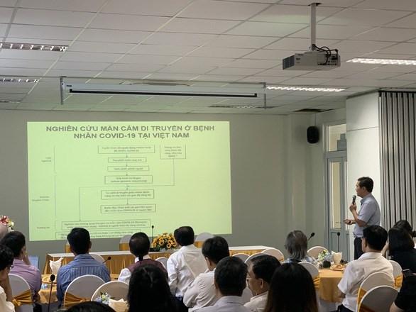 TS Nguyễn Hoài Nghĩa - Trung tâm y sinh học phân tử (Trường ĐH Y dược TP.HCM) - trình bày tại tọa đàm nghiên cứu mẫn cảm di truyền ở bệnh nhân COVID-19 tại Việt Nam ngày 24-10 - Ảnh: L.M.