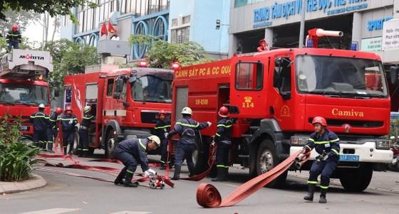 Xe chữa cháy và lực lượng chuyên nghiệp được huy động tại buổi diễn tập