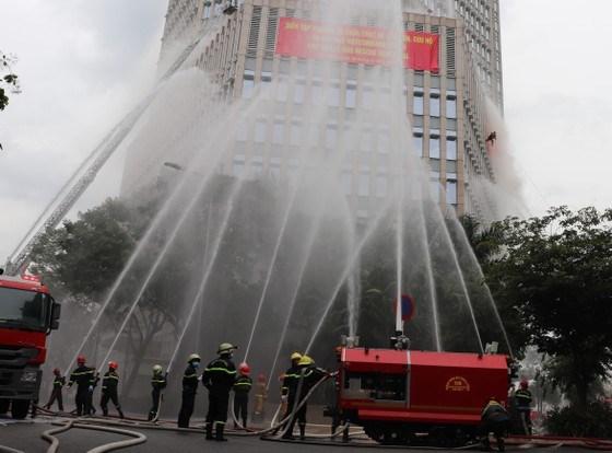 Các phương tiện chữa cháy hiện đại tổng lực dập đám cháy