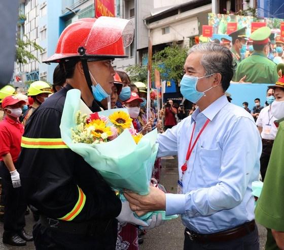 Đồng chí Ngô Minh Châu, Phó Chủ tịch UBND TPHCM tặng hoa biểu dương lực lượng tham gia diễn tập