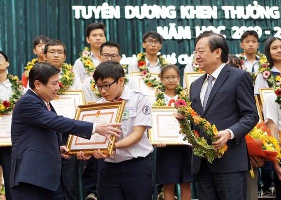 Chủ tịch UBND TPHCM Nguyễn Thành Phong và Giám đốc Sở GD-ĐT TPHCM Lê Hồng Sơn tuyên dương khen thưởng học sinh giỏi năm học 2019-2020, sáng 28-10-2020. Ảnh: HOÀNG HÙNG