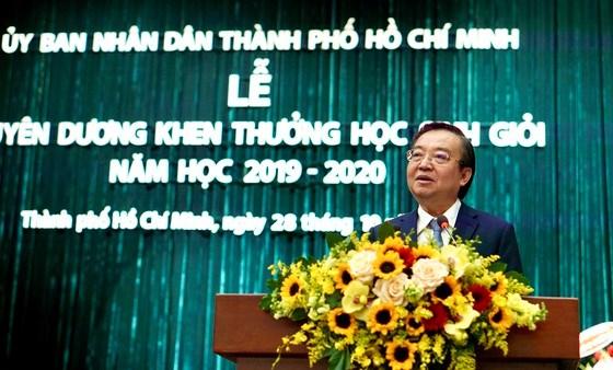 Giám đốc Sở GD-ĐT TPHCM Lê Hồng Sơn phát biểu tại lễ tuyên dương, sáng 28-10-2020. Ảnh: HOÀNG HÙNG
