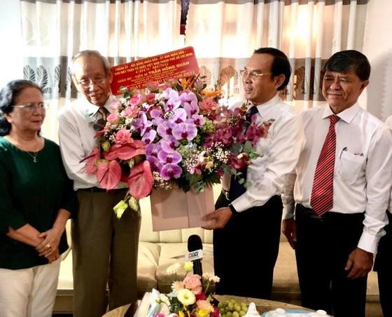 Bí thư Thành ủy TPHCM Nguyễn Văn Nên thăm và chúc mừng GS Trần Hồng Quân nhân Ngày Nhà giáo Việt Nam 20-11