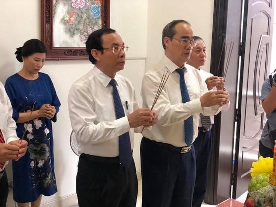 Bí thư Thành ủy TPHCM Nguyễn Văn Nên thắp nhang tưởng nhớ công lao của cố GS Nguyễn Thiện Thành và phu nhân