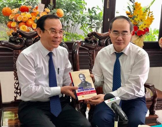 GS Nguyễn Thiện Nhân tặng sách cho Bí thư Thành ủy TPHCM Nguyễn Văn Nên