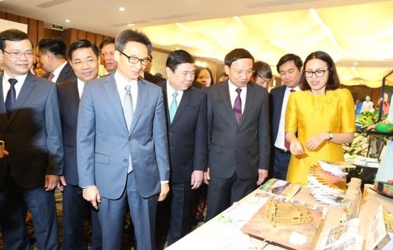 Phó Thủ tướng Vũ Đức Đam, Chủ tịch UBND TPHCM Nguyễn Thành Phong cùng các đại biểu tham quan gian hàng trưng bày của các doanh nghiệp