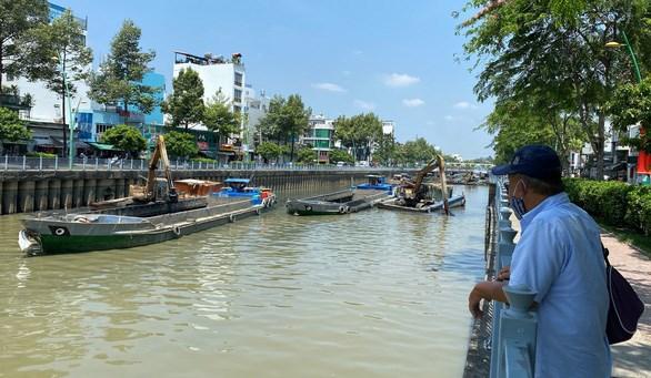 Đơn vị thi công nạo vét kênh Nhiêu Lộc - Thị Nghè vào tháng 8 - Ảnh: TỰ TRUNG