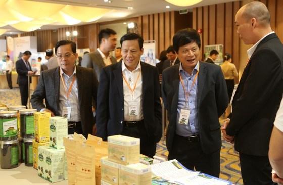 Các đại biểu tại TPHCM tham quan gian hàng trưng bày sản phẩm của doanh nghiệp tại hội nghị
