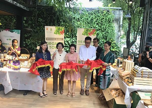 Bà Vũ Kim Hạnh và Ông Nguyễn Lâm Viên cắt băng khai trương Phiên chợ Organic Town - GIS Market