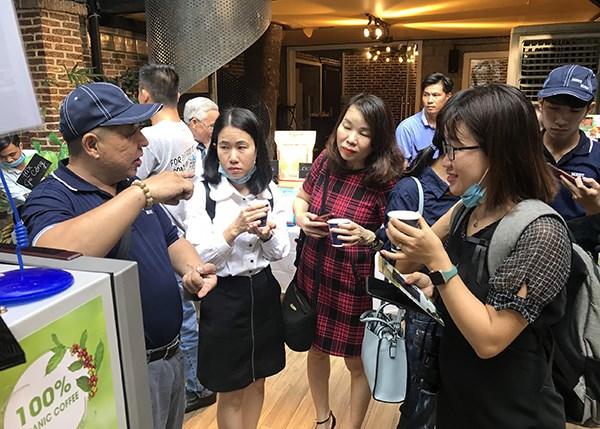 Người tiêu dùng tìm hiểu sản phẩm cà phê trái cây của Meet More