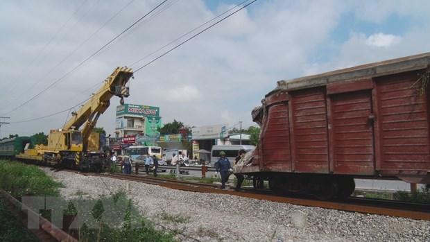 Huy động các lực lượng, phương tiện để khẩn trương Khắc phục sự cố tàu trật bánh làm lật 2 toa tại Hà Nam. (Ảnh: Thanh Tuấn/TTXVN)