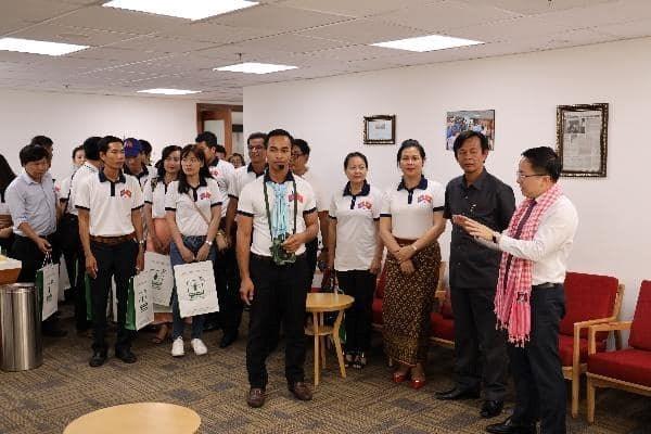 Ông Từ Lương, Phó Giám đốc Sở Thông tin và Truyền thông, Giám đốc Trung tâm Báo chí Thành phố giới thiệu các phòng chức năng của Trung tâm với đoàn- Ảnh: Ngọc Tiến
