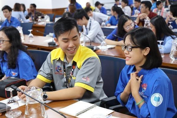 Đại biểu các đoàn tham dự SSEAYP cùng trò chuyện, trao đổi