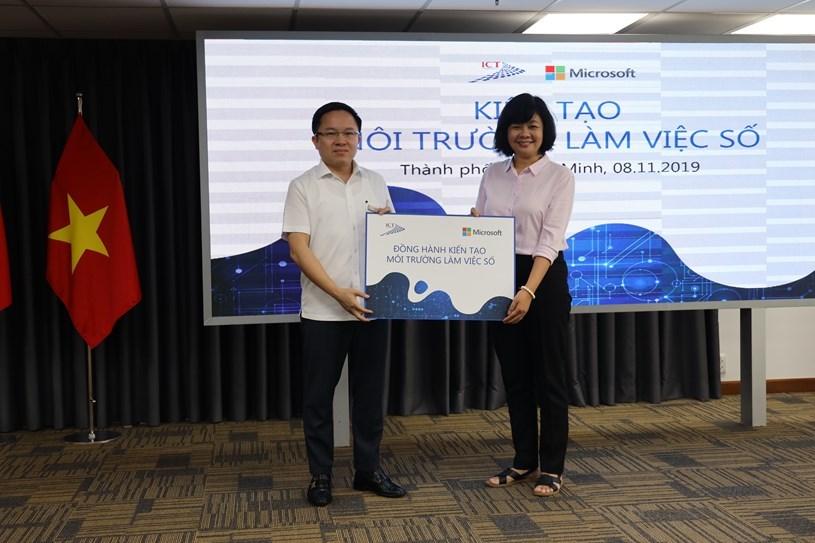 Ông Từ Lương, Phó Giám đốc Sở Thông tin và Truyền thông trao tặng 950 bộ ứng dụng Office 365 cho đại diện các cơ quan thông tấn, báo chí