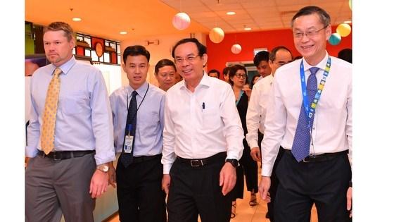 Bí thư Thành uỷ TPHCM Nguyễn Văn Nên cùng đoàn lãnh đạo TPHCM thăm công ty Intel. Ảnh: VIỆT DŨNG