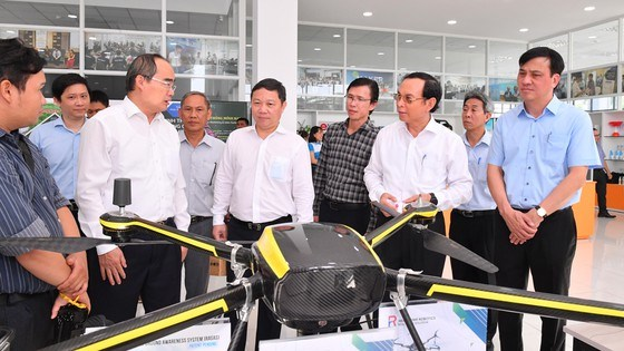 Đoàn lãnh đạo TPHCM tìm hiểu sản phẩm của các công ty tại Vườn ươm Doanh nghiệp, Khu Công nghệ cao TPHCM. Ảnh: VIỆT DŨNG