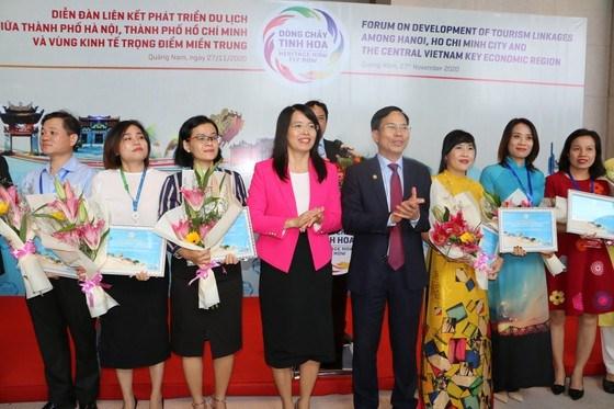 Bà Nguyễn Thị Ánh Hoa,Giám đốc Sở Du lịch TPHCM cùng các đại biểu tham dự chuỗi chương trình kích cầu du lịch vào trưa 27-11 tại Quảng Nam