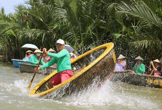 Du lịch sinh thái tham quan rừng dừa nước Bảy mẫu với chương trình biểu diễn lắc thúng tại Quảng Nam. Ảnh: NGỌC PHÚC