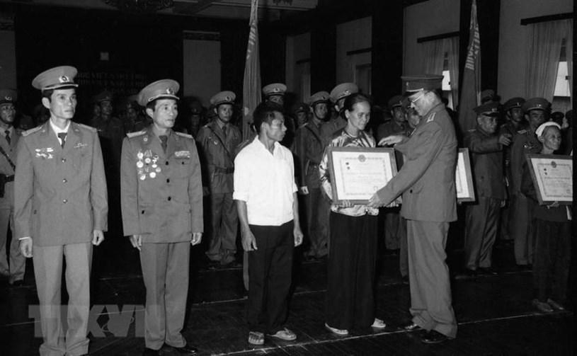 Đại tướng, Bộ trưởng Quốc phòng Lê Đức Anh trao tặng danh hiệu Anh hùng lực lượng vũ trang cho 3 đơn vị và trao 8 huân chương Quân công hạng nhất cho cán bộ, chiến sỹ và đại diện các gia đình có người thân hy sinh trong khi làm nhiệm vụ quốc tế tại Campuchia. Ảnh: TTXVN