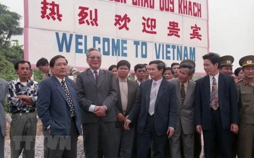 Chủ tịch nước Lê Đức Anh thăm cửa khẩu Bắc Luân, huyện Móng Cái (Quảng Ninh), tháng 4/1994. Ảnh: TTXVN