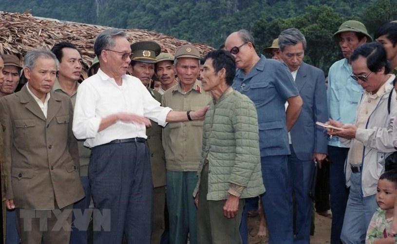 Chủ tịch nướcLê Đức Anh thăm hỏi các gia đình bị thiệt hại do lũ quét rạng sáng 8/10/1992 tại xã Trường Sơn, huyện Quảng Ninh, Quảng Bình. Ảnh: TTXVN