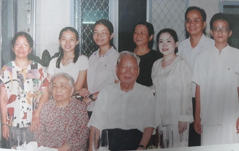 Đại tướng Lê Đức Anh và phu nhân cùng các con, cháu tại nhà riêng 240 Pasteur, quận 3, TP.HCM, năm 2008