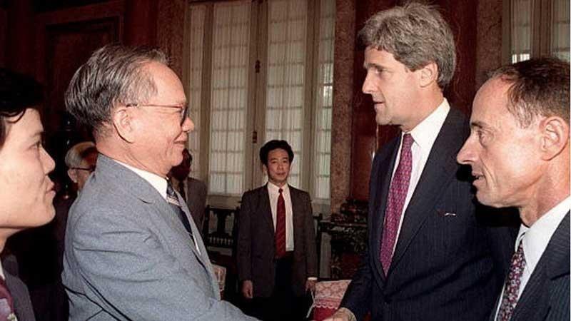 Chủ tịch nước Lê Đức Anh trong một lần tiếp thượng nghị sĩ John Kerry, cựu chiến binh Mỹ trong chiến tranh Việt Nam. Ảnh: BBC