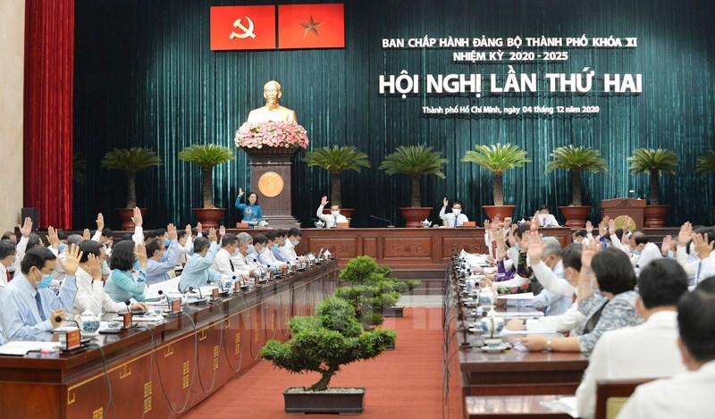 Các đại biểu biểu quyết thông qua một nội dung tại hội nghị. (Ảnh: Thy Dương)