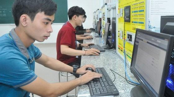 Sinh viên lập trình hệ thống điện tự động hóa tại Khu Công nghệ cao trong Khu đô thị sáng tạo tương tác cao phía Đông TPHCM