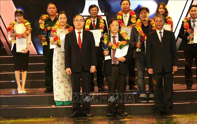 Bí thư Thành uỷ TP. Hồ Chí Minh Nguyễn Thiện Nhân trao giải cho các tác giả/TTXVN