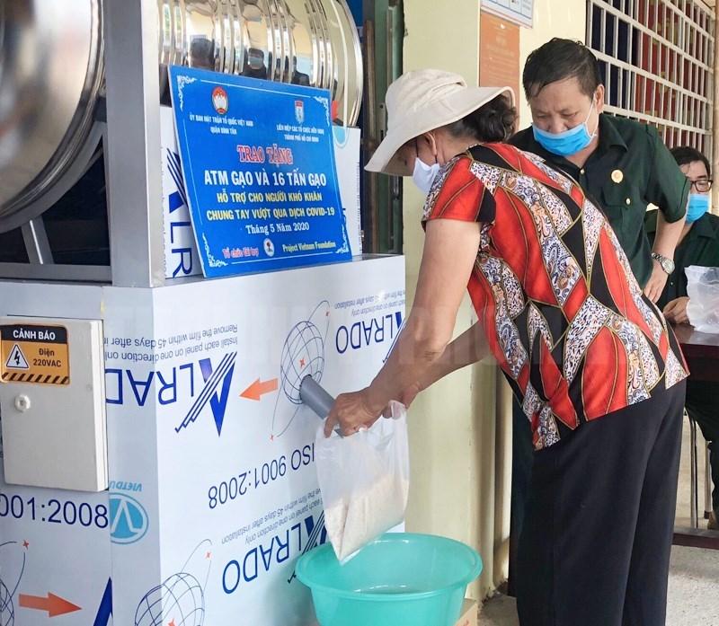 """Người lao động có hoàn cảnh khó khăn được hỗ trợ gạo miễn phí tại """"ATM gạo"""" quận Bình Tân do Liên hiệp Các tổ chức hữu nghị TP hỗ trợ. (Ảnh minh họa)"""